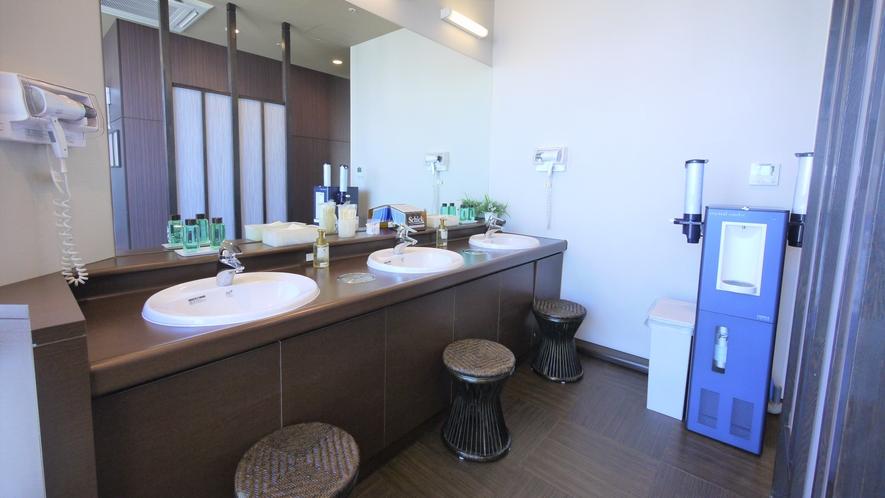 【17階 天人峡天然温泉-旅人の湯-】 脱衣所洗面台