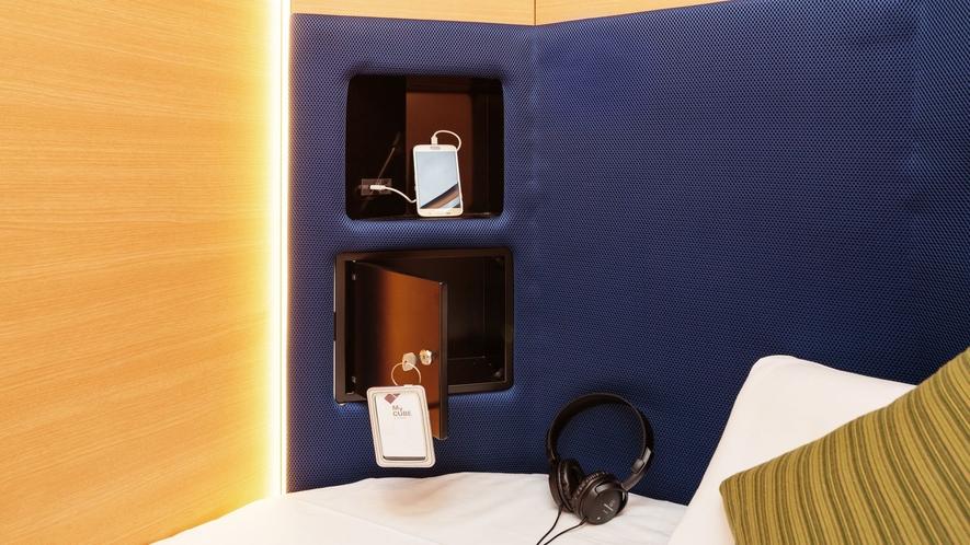 収納スペース、コンセント、USB充電ポートすべてのキューブに完備