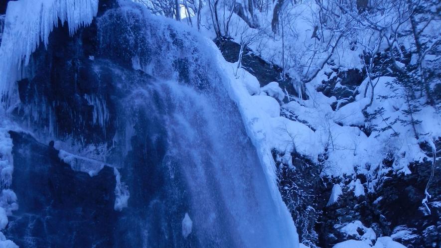 <冬>【ブルーフォールツアー】凍結すると青くかがやく小野川不動滝のブルーフォール。