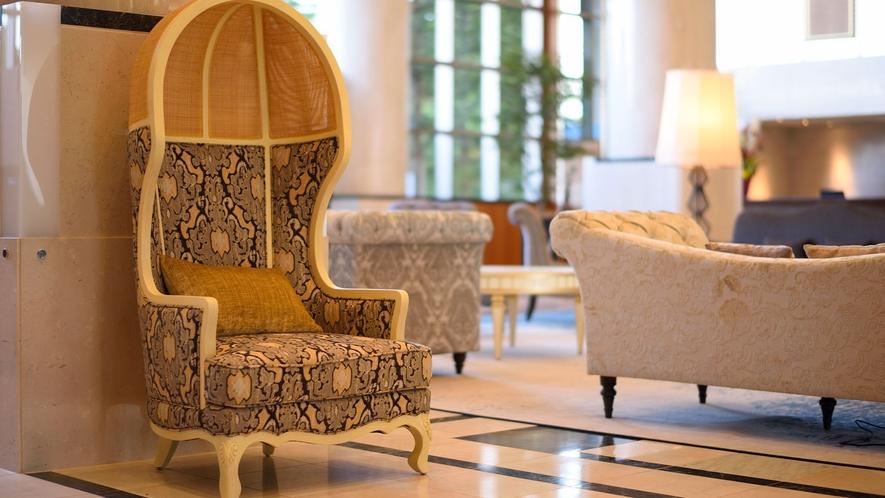 【豪華絢爛なロビー】ゆったりと寛げるヨーロピアン調の家具がロビーを華やかに彩ります。