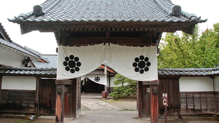 【会津武家屋敷】会津の郷土料理を味わえる「御食事処 九曜亭」などがあります。