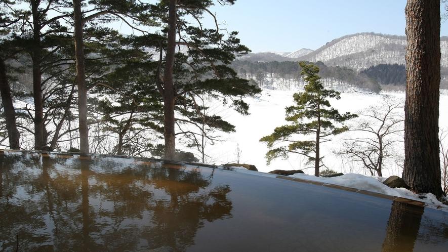 【ひばらみの湯】エリア唯一の自噴源泉かけ流しの温泉。雪見露天も楽しめる。