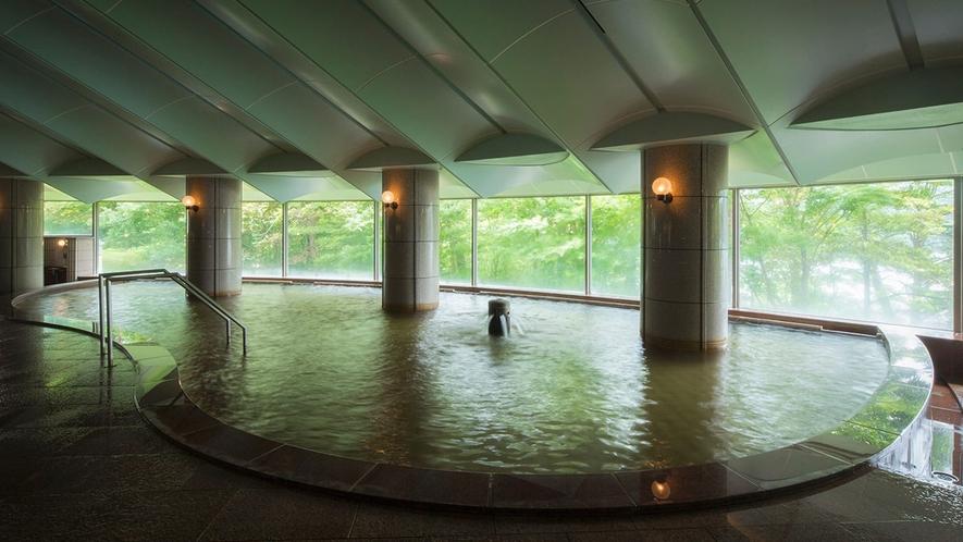 【オーロラの湯】広い窓から見える四季折々の景色を眺めながらゆっくりとお寛ぎください。