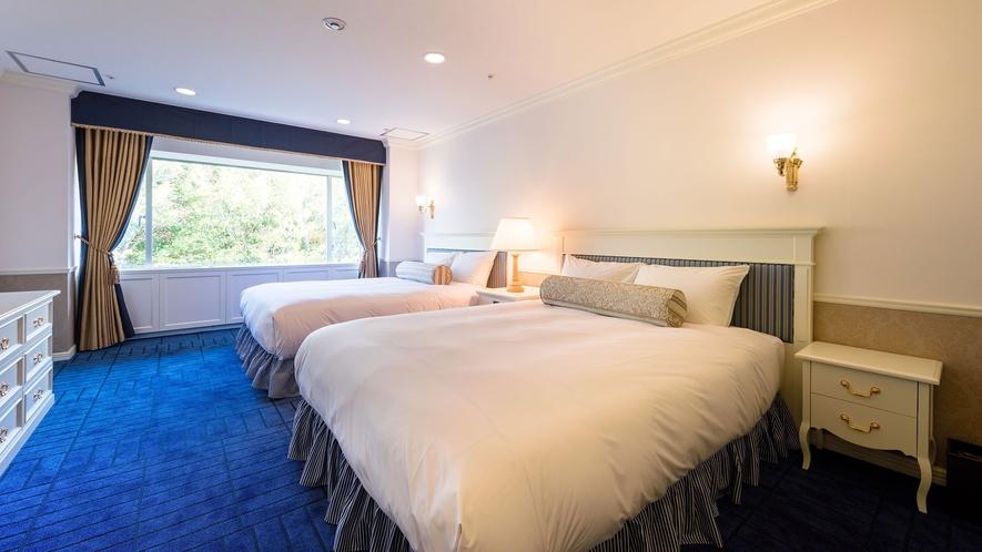 【ラグジュアリースイート】82平米。ベッドルームとリビングが分かれ、広々とした贅沢なスイートです。