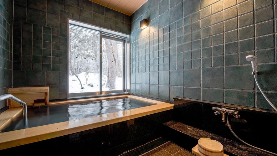 【貸切風呂】青森ヒバを贅沢に使用した貸切風呂。 青森ヒバの香りは落ち着きを与えてくれます。