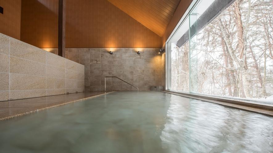 【虹の森温泉】大浴場 内湯は、開放感のある大きな窓が特徴。