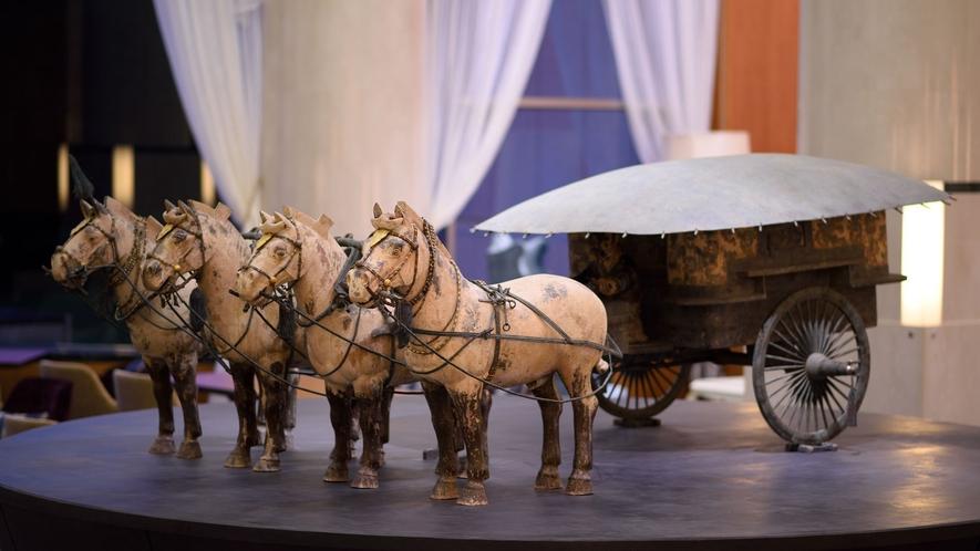 【始皇帝 金銀銅馬車】国宝級の職人80名が3年の歳月を投じて完成。圧倒的存在感を放つ当館のシンボル。