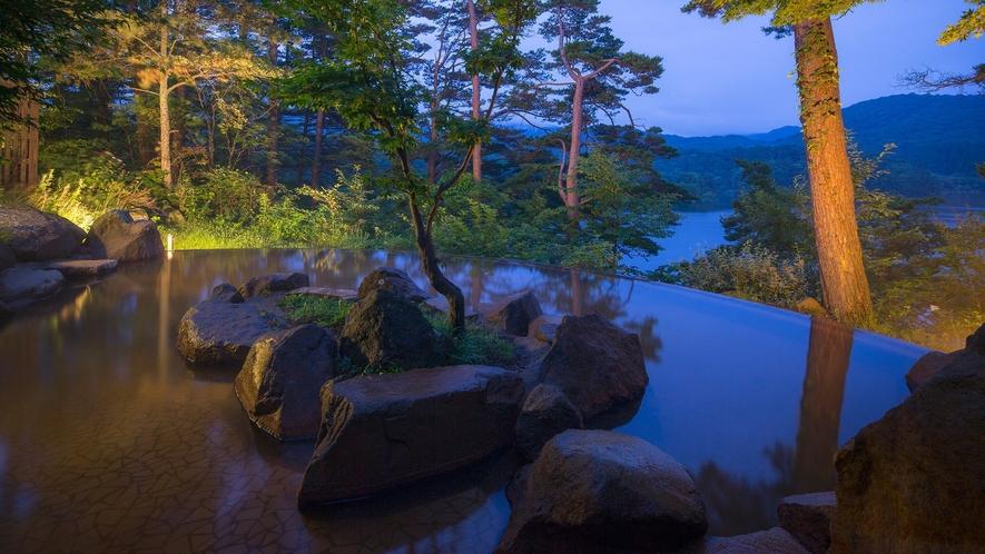 【ひばらみの湯】桧原湖を眼下に望む絶景露天風呂。美容成分を豊富に含む「美肌の湯」。