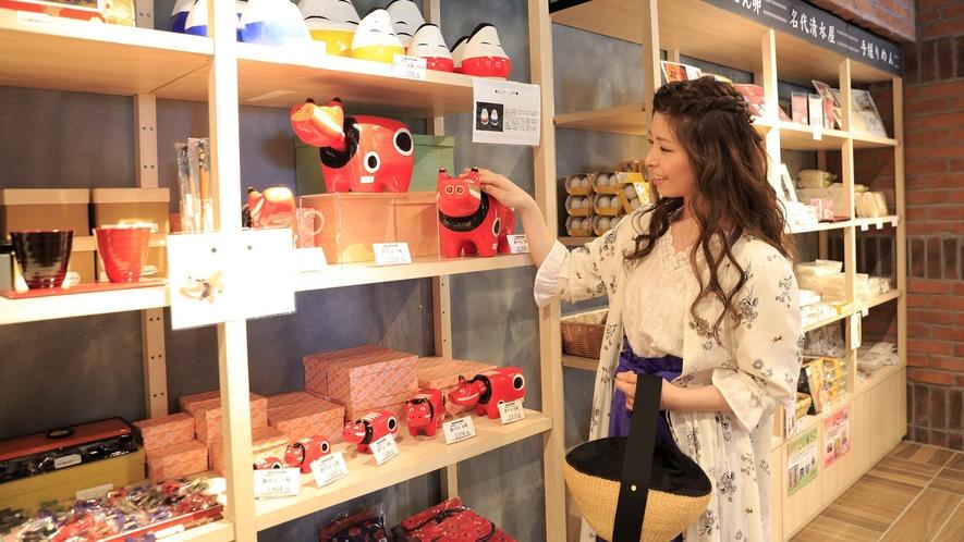 【売店】2,000種以上の品数を揃えたエリア最大規模の売店。宿泊のお客様だけでなく、外来の方にも人気