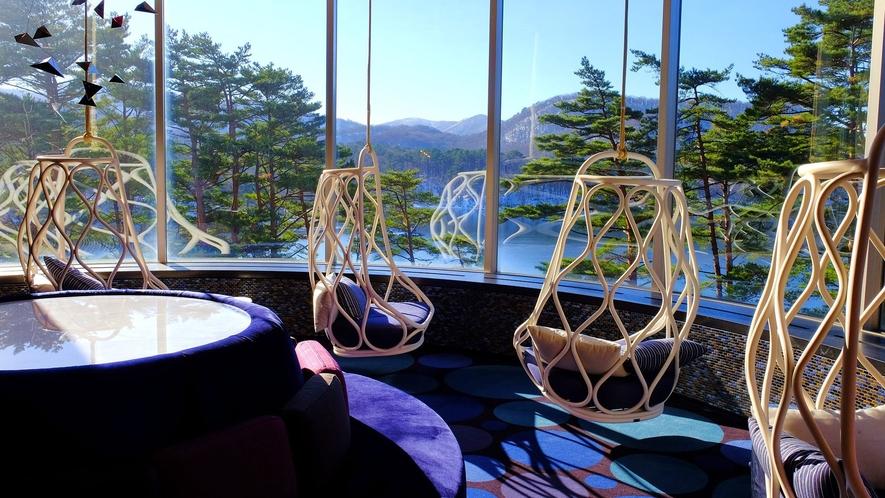 【プレイスポット】桧原湖一望の展望スペース。お酒を片手に、ゆりいすでまったり。
