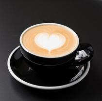 【カフェラテ(ホット)】カプチーノよりミルクが多めでミルキー感が強め ※ご宿泊者は何杯でも無料