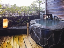 お部屋にある岩露天風呂