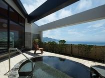 解放感のある砂岩調のテラスに 伊豆石を使った最上階露天風呂