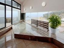 黒御影石と赤御影石をふんだんに使用した大浴場