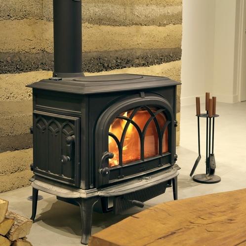 1Fラウンジの薪ストーブ。冬でも暖かい炎で豊かな時間をお楽しみいただけます。