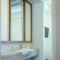 シングルルーム内の洗面設備、コンパクトですが清潔にご利用いただけます。