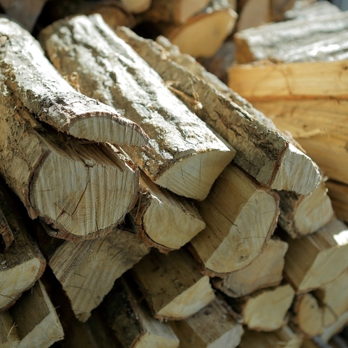 1Fラウンジ薪ストーブは、やさしい炎の暖かさでゲストをお迎えします。