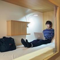 ドミトリーのベッド内には鍵付きの収納ボックスが備え付け。水回りは共用になります。