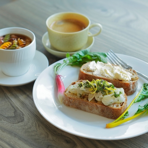 朝食は1Fのカフェで。十勝の食材にこだわったモーニングをお楽しみください。