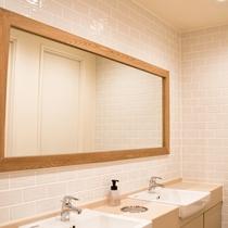 ドミトリータイプにご宿泊のゲスト専用の共用シャワーとトイレはフロアに男女別にご用意。
