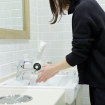 ドミトリーのお客様が使用できる共用の洗面/シャワー/トイレはとても清潔です。