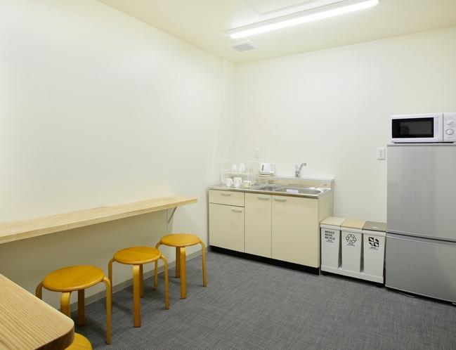 建物5Fには宿泊者専用のラウンジがあります。冷蔵庫、キッチンなどをご利用いただけます。