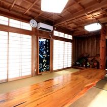 【癒しの館つわんこ】テーブルをはじめ、天井、壁、柱など屋久杉を使いこだわりぬいた《食事処》です。