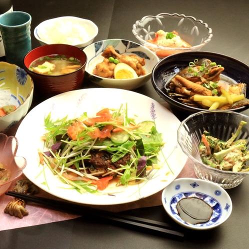 【夕食の一例】島料理とお酒で楽しい夕食のひとときをお過ごしください。