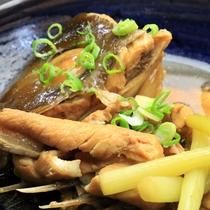 【夕食】かあちゃんのほっこり島料理逸品一例《カンパチのアラ炊き》
