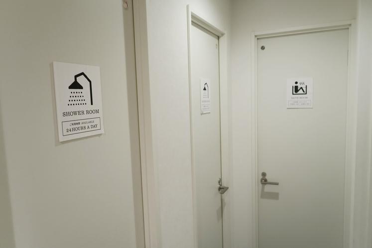 共用のバス&シャワールームの入り口
