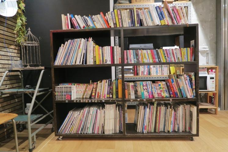 ロビーには読書スペースを設けています。ご自由にお読みください。
