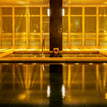 【本館~薬師の湯~】広い浴槽に格子が美しい新浴場。