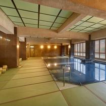 【大浴場~本館~】東海最大級100帖空間の畳風呂で、足元が柔らかく滑りにくく安心!