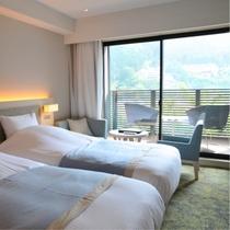 【ゆらぎ洋室】淡いトーンでまとめられた洋室は、まるでリゾートホテルのような寛ぎ空間。