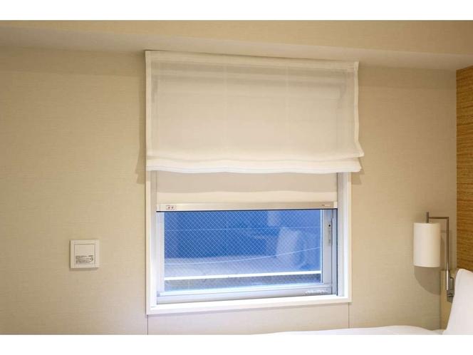 【遮光カーテン】遮光カーテンと内側にレースカーテンを完備。