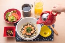 【漬サーモンのだし茶漬け朝食】 890円 (税込)