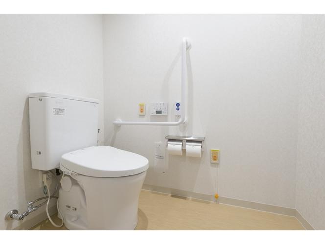 ユニバーサルツイン トイレ 緊急用のお知らせボタン完備。