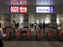 【京急川崎駅 中央改札】改札を出て直ぐ左の駅ビル「Wing川崎」内3Fにフロントがございます。