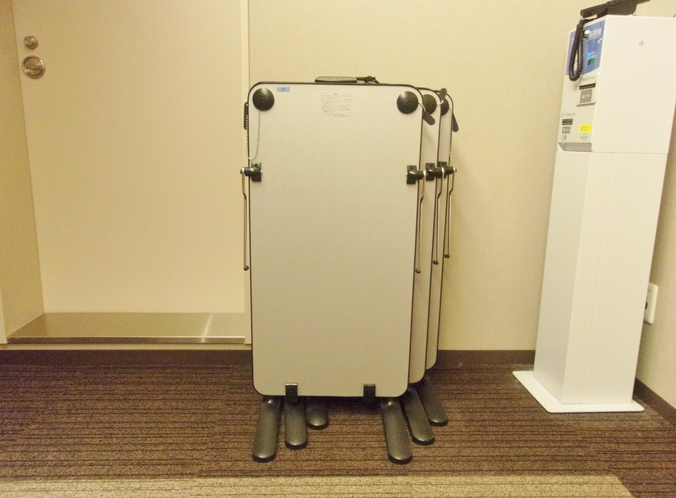【ズボンプレッサー】各階エレベーターホールに3台設置