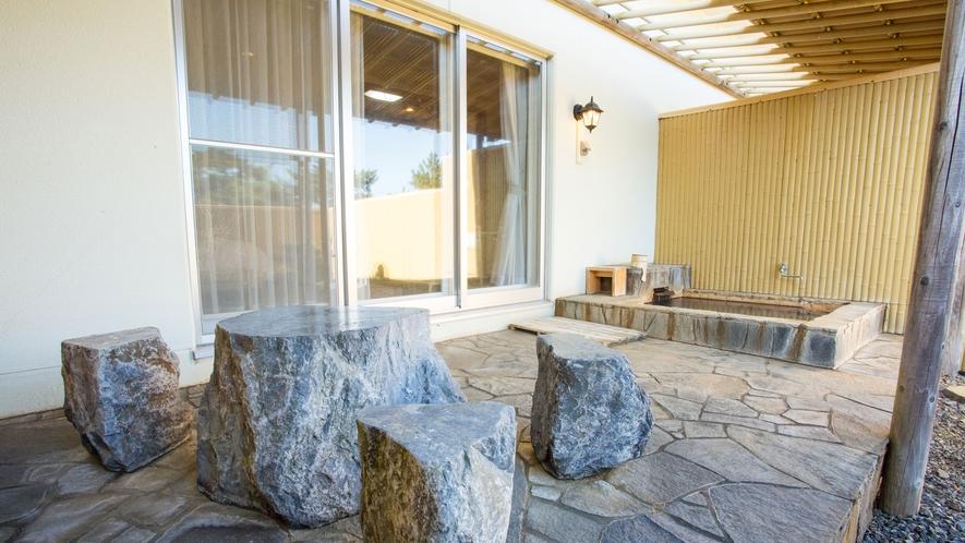 露天風呂付・和洋室 石のテーブル