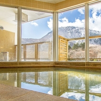 ≪宿泊者専用風呂≫窓の外には雄大な恵山が。