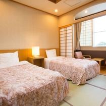 【和洋室・12畳】和室ですが、お布団ではなくベッドをご用意しております!