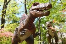 カメラの前でポーズをとる恐竜