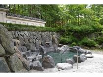 緑を楽しみながら露天風呂へ