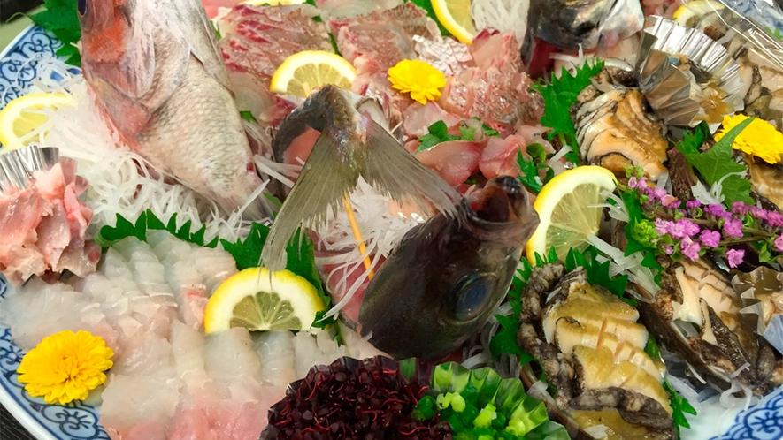 *夕食一例/お刺身盛り合わせ。季節ごとの旬の鮮魚を彩り豊かにお出しします!