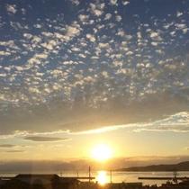 *周辺景色/当館のすぐ近くから見られる美しい夕陽。都会では見られない大きな空を堪能☆