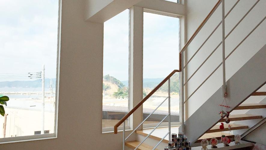 *大きな窓が付いていて開放的な階段
