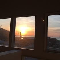 *館内一例/館内から美しい夕陽の眺めも楽しめるロケーション。