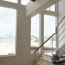 *館内一例/白を基調とした明るい館内。窓の外には海も見えて解放感があります。
