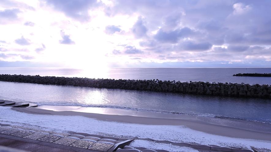 *目の前は海/屋号の通り「サンライズ」が楽しめる佐渡島の公共施設です